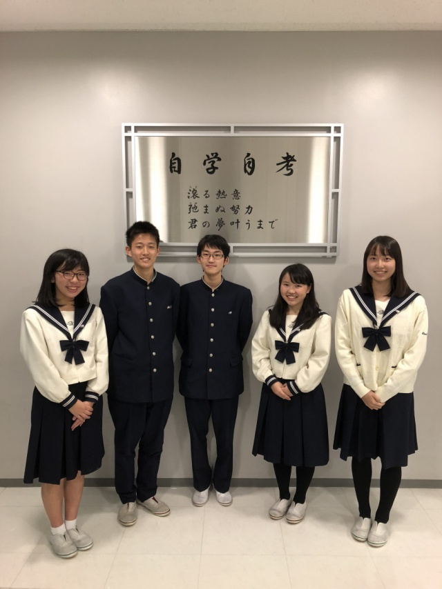 新生徒会役員の皆さん(左から、吉信早紀さん、宮?康志郎くん、關口勇希くん、中野歩さん、太田百香さん)